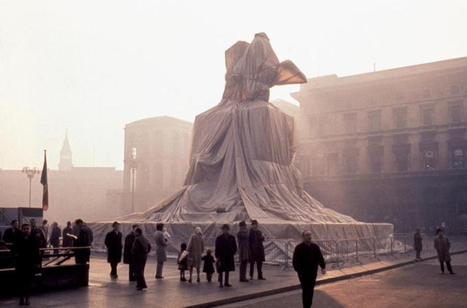 1970-Christo-a-Milano-imbusta-Vittorio-Emanuele-II-A